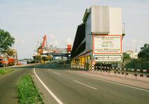 Oostkade te Sluiskil met Nederlandse Stikstof Maatschappij (NSM), met...