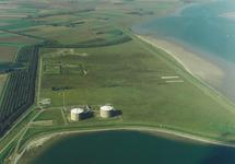 Luchtfoto Mosselbanken met opslagtanks van Dow Chemical.