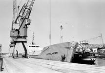 Schip Ketelmeer en een binnenvaartschip aan de kade bij Aug. de Meijer...