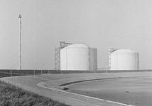 Opslagtanks van Dow Chemical op de Mosselbanken.