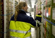 Medewerker noteert gegevens bij Kloosterboer Vlissingen.