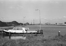 Peilboot H.T. 1 aan het steigertje in de Zuiderkanaalhaven. Rechts de...