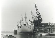Zeeschepen aan de kade bij de Nederlandse Stikstof Maatschappij (NSM)...