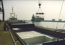 Overslag van papier aan de Sloekade bij de N.V. Haven van Vlissingen/