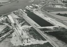 Luchtfoto recent verlengde Zuiderkanaalhaven en aanleg Massagoedhaven