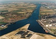 Luchtfoto punt van de Axelse Vlakte met de bedrijfsgebouwen van...