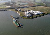 Zeeschip en binnenvaartschepen aan het steiger van Oiltanking in de...