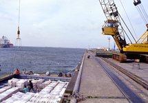 Lossen van een schip aan de Sloekade in Vlissingen-Oost, met een kraan...