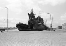 Baggermolen en duwbak aan boord van het werkschip Sublift Caribic aan...