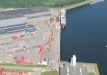 Overzichtsfoto van de kade bij Outokumpu Steel Processing en de Axelse...