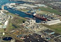 Luchtfoto Verbrugge Terminals aan de Zevenaarhaven in Terneuzen.
