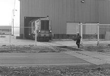 Trein rijdt uit een papierloods bij Aug. de Meyer aan de...