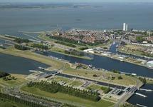 Sluizencomplex in Terneuzen met op de achtergrond de binnenstad van...