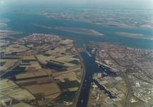 Luchtfoto Kanaalhavens Terneuzen met westelijke kanaaloever en op de...
