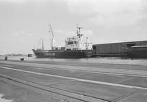 Schepen aan de kade van de Zuiderkanaalhaven.