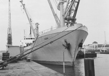 Zeeschip met een drijvende kraan van Ovet in de Zuiderkanaalhaven.