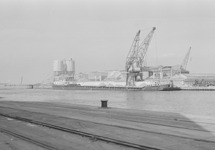Het lossen van een binnenvaartschip in de Zuiderkanaalhaven bij...