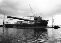 Zandzuiger Telnes in de Zuiderkanaalhaven bij bouwmaterialenhandel De...