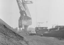 Kolen, binnenvaartschip en drijvende kraan 7 van Ovet aan de...