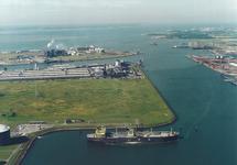 Luchtfoto van een LPG tanker aan het steiger van Eurogas Terminals in...