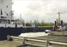 Zeeschip met sleepboot in de zeesluis van Terneuzen. Foto gemaakt ten...