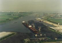 Lossen van twee zeeschepen met drijvende kranen aan de terminal van...