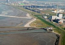 Kerncentrale en kolencentrale te Vlissingen-Oost met Kalootstrand.