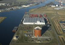 Op de voorgrond nieuwbouw suikersilo bij Zeeland Sugar Terminal. Daar...