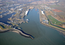 Buitenhaven Vlissingen, links de sluizen en Eerste en Tweede...