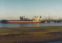 Zeeschip aan steiger in de Braakmanhaven ten behoeve van Dow Chemical,...