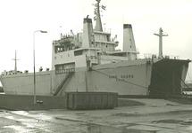 Ro-ro schip aan de ro-ro kade in de Zevenaarhaven.