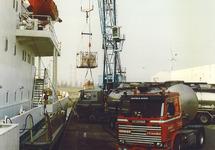 Fruitoverslag in de Bijleveldhaven.
