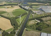 Zijkanaal C. Rechts de kassen in de Autrichepolder. Links windmolens...