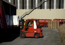Laden of lossen van een vrachtwagen met heftruck bij Katoen Natie in...