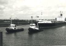 Zeeschip met twee sleepboten nabij brug Sas van Gent.