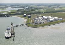 Zeeschip aan steiger bij Oiltanking in de Braakmanhaven.