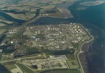 Luchtfoto Dow Chemical en Braakmanhaven. Op de voorgrond de bouwplaats...