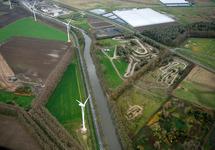 Zijkanaal C met windmolens. Rechts is het motorcrossterrein te zien...