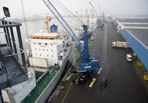 Lossen van een schip aan de kade bij Kloosterboer Vlissingen.