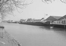 Binnenvaartschepen in Zijkanaal C bij de Axelse Sassing.