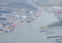 Luchtfoto kade Outokumpu en Yara met zijkanaal C.