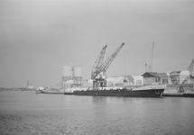 Laden of lossen van een binnenvaartschip bij bouwmaterialenhandel De...