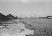 Westkant van de Zuiderkanaalhaven met hopen kolen bij Ovet. Rechts...