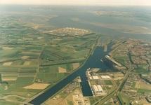 Luchtfoto Terneuzen kanaalhavens, vanaf brug Sluiskil richting het...