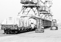 Wagons bij loskranen op een kade. Waarschijnlijk in de Zevenaarhaven.