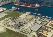 Luchtfoto terminals van Ovet, Arrow en Hoondert aan de Kaloothaven te...