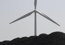 Windemolen steekt boven een berg met kolen uit.