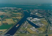 Luchtfoto gedeelte kanaal Gent-Terneuzen ten noorden van de brug bij...