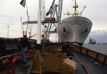 Op de voorplecht van een binnenvaartschip in de haven van...