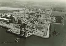 Overzicht van de in aanbouw zijnde fabriek van Pechiney. Onderaan de...